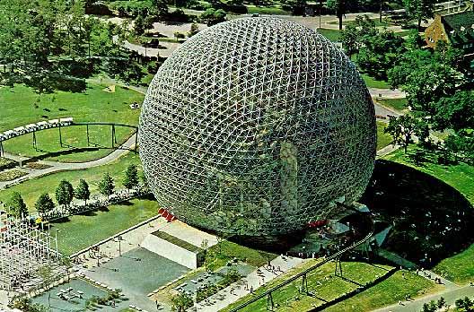 Le dôme géodésique de Fuller, pavillon des États-Unis à l'exposition internationale de Montréal en 1967 Merci à Jeffrey Stanton ©