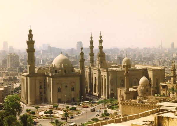 La mosquée du sultan Hassan, calquée sur les grilles d'énergie jusqu'au moindre détail, construite en 1361 au Caire.